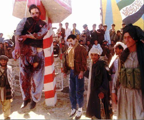 Los talibanes colgaron los cadáveres del expresidente de Afganistán Mohamed Najibulá y de su hermano después de torturarlos y mutilarlos, tras la toma de Kabul en septiembre de 1996. / AP