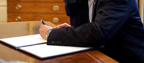 Obama firma una carta en la Casa Blanca