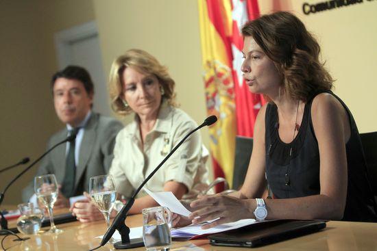 Lucía Figar (a la derecha), con Esperanza Aguirre e Ignacio González. / CLAUDIO ÁLVAREZ