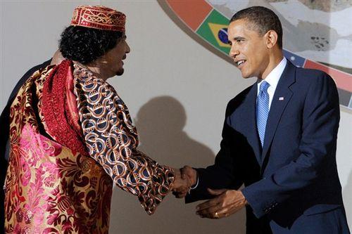 Muamar el Gadafi saluda a Barack Obama en la cumbre del G-8 en L'Aquila, Italia, en 2009. / AP