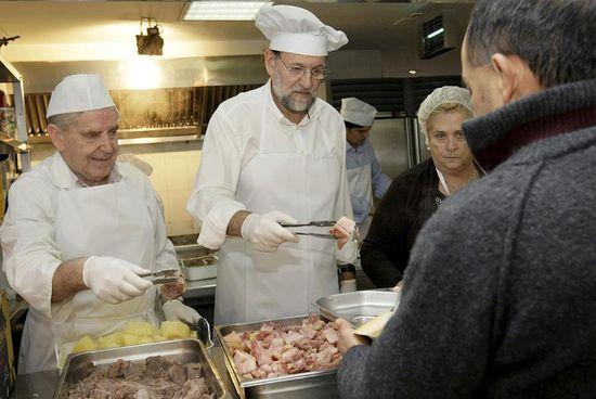 Mariano_Rajoy_sirve_comida