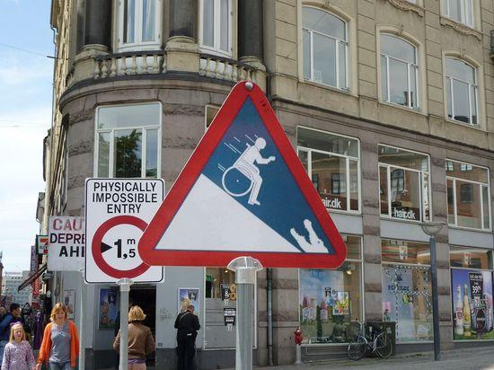 La chispa de la vía: señales y carteles divertidos por el mundo 6a00d8341bfb1653ef01543730815c970c-550wi