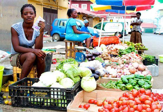 Vendedora de frutas y verduras en Malabo