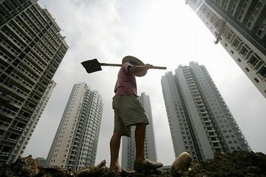 Un trabajador camina en una obra en Suining, provincia de Sichuan. (AFP)