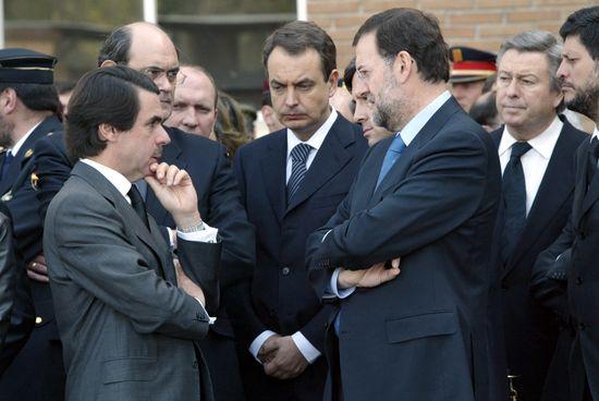 Aznar, Zapatero y Rajoy, durante el funeral del geo Francisco Javier Torrontera, tras el suicidio de los autores del 11-M. / ULY MARTÍN