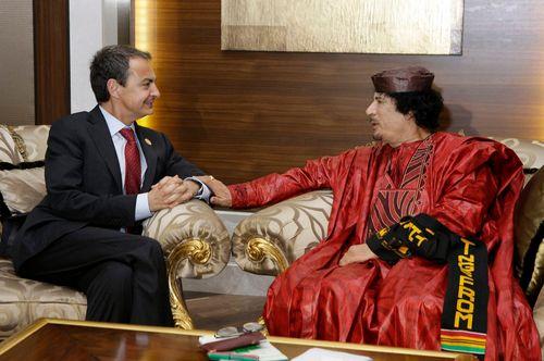 El presidente del Gobierno, con Gadafi en Trípoli el 29 de noviembre de 2010, en una foto oficial.