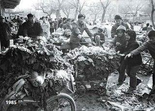 Venta de repollos en China en 1985 (China Daily)