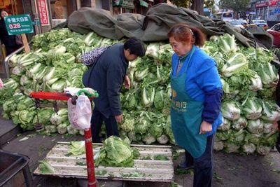 La señora Li, vendedora de repollos, en Pekín, en noviembre de 2011 (J.R.)