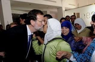 Quand le leader de la droite espagnole embrasse des femmes for Portent en arabe