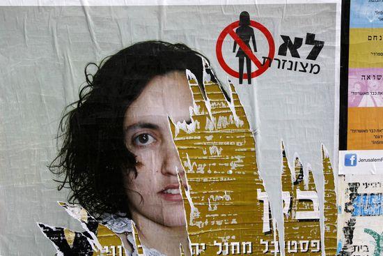 Anuncio dañado en Jerusalén de una campaña contra la escasez de imágenes femeninas en la publicidad. / BAZ RATNER / CORDON PRESS
