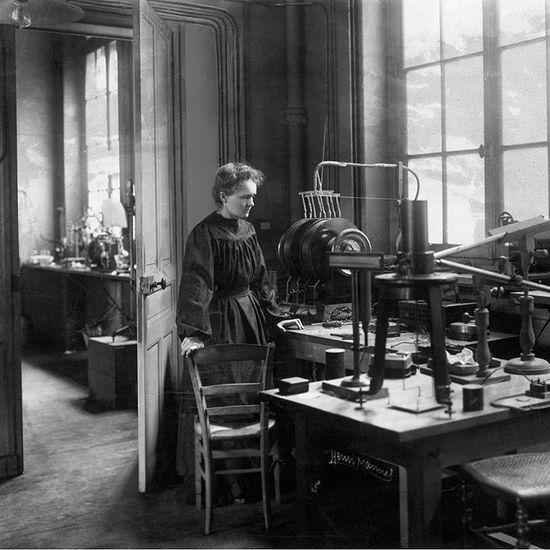 Marie_Curie_laboratorio_primeros_anos_siglo_XX