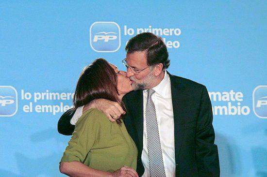Elvira Fernández, Viri, y Mariano Rajoy se besan en el balcón de Génova.