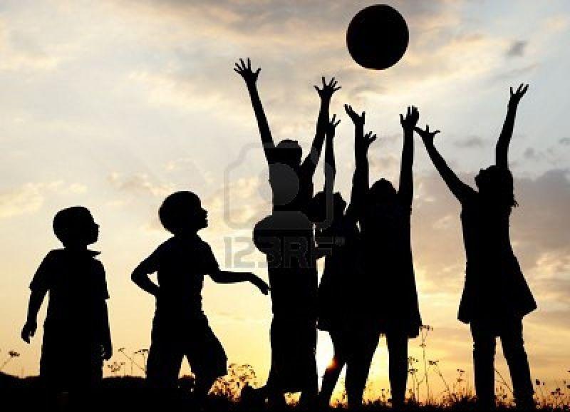 10873944-silueta-grupo-de-ni-os-felices-jugando-en-la-pradera-puesta-de-sol-verano