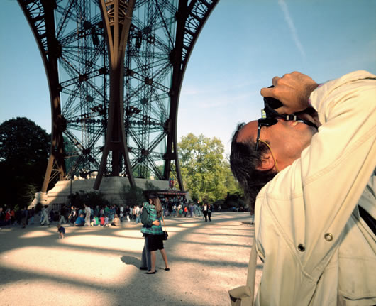 Turista en la Torre Eiffel. / Magnun