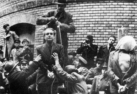 Ferenc Szalasi, líder del partido fascista húngaro, a punto de ser colgado en 1946. / Getty