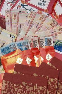 Sobres rojos con dinero en Hong Kong. (AFP)