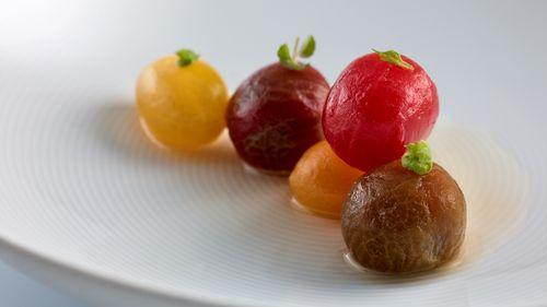 Tomates en salsa...hierbas aromáticas y fondo de alcaparras