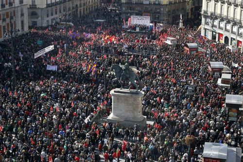 La Puerta del Sol, abarrotada, tras finalizar la protesta en Madrid. (GORKA LEJARCEGI )