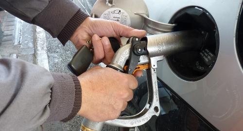 Repostaje de un coche de gas en Madrid