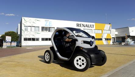 Renault Twizy, frente a la planta donde se fabrica, en Valladolid