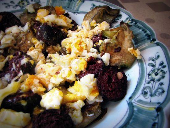 Alcachofas con morcilla y huevo