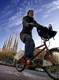 Una ciclista en Barcelona.