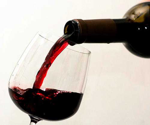Botella y copa de vino
