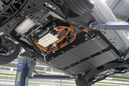 Baterías de litio (paneles negros) montadas en un coche eléctrico