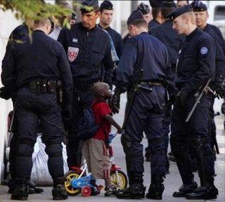 Enfant-au-milieu-de-flics