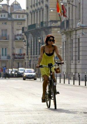 Joven en bicicleta en Vitoria. Vitoria Cycle Chic
