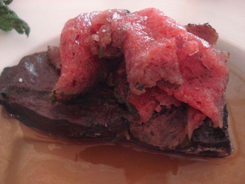 Carpaccio de potro sobre consomé ferruginoso