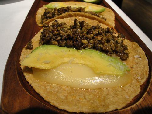 Taco de chorizo verde con aguacate
