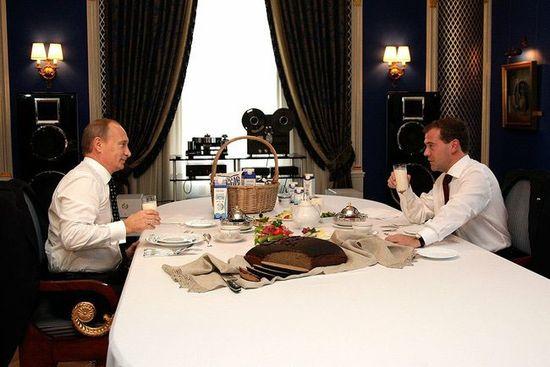 Putin-medvedev-breakfast-05