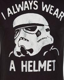Él siempre lleva casco y nunca va en bicicleta.