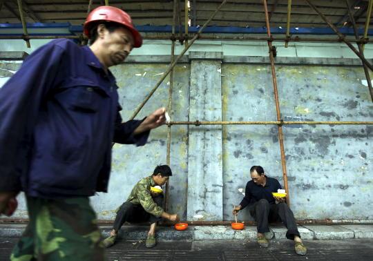 Trabajadores de la construcción comen junto a una obra en Pekín. (Reuters)