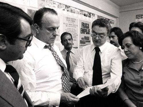 José María Ruiz-Gallardón junto a Manuel Fraga en una fotografía de 1977