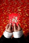 El sobre rojo debe entregarse con ambas manos.