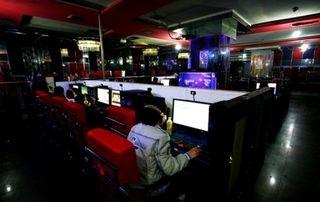 Internautas en un cibercafé en China. (AFP)
