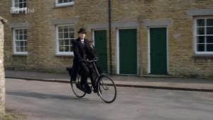 El abogado burgués liberal con su icónica bicicleta
