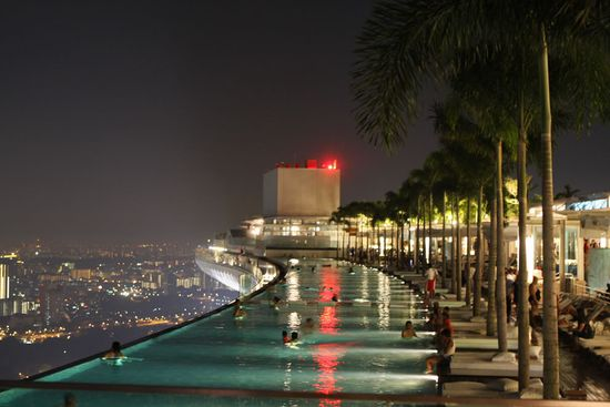 Pool in the sky en la planta 57 del Marina Bay Sands Casino en Singapur.