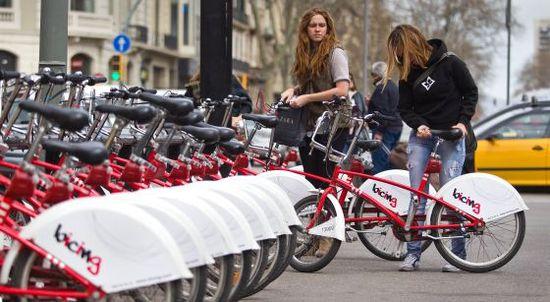 Dos usuarias del servicio público de alquiler de bicicletas Bicing. Tejereda.