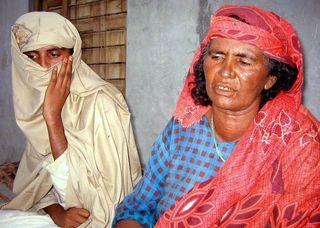 La joven paquistaní Mukhtar Mai (i), que fue violada por cuatro hombres en una aldea de Pakistán por orden de jueces tribales, aparece junto a su madre (d), en su casa de Meerwala.  La joven fue condenada porque uno de sus hermanos, de 12 años, había mantenido relaciones con una mujer de casta superior.