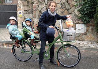 Oliver y sus dos hijas volviendo del mercado.