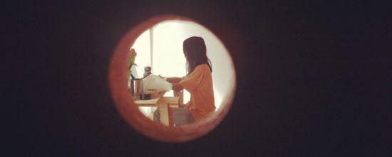 Eugenia Lim desde el agujero en una de las paredes la galeria West Space