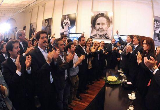 Argentinas-Gobierno-YPF-Cristina-Fernandez_CLAIMA20120417_0124_19