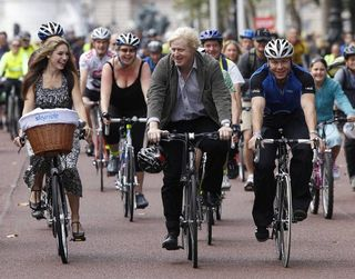 El alcalde de Londres Boris Johnson recorriendo la capital en bicicleta.