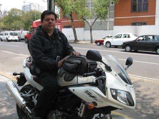 Rosalío sobre su moto