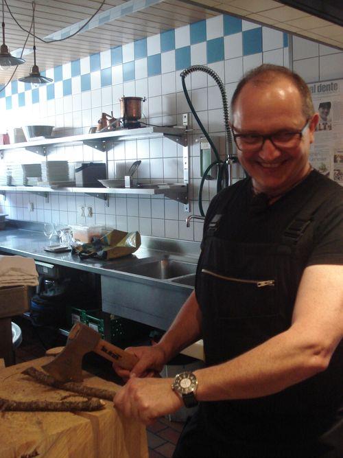 Wiesner cortando ramas y troncos en su cocina
