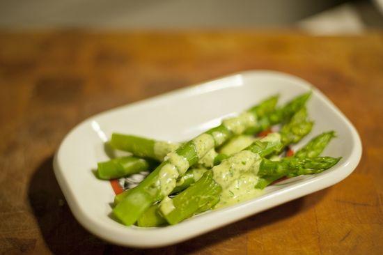 Esparragos verdes mayonesa de berros