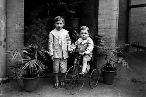 Niños en bici a finales del siglo XIX, principios del XX. Foto de Powerhouse Museum Collection/Public Domain